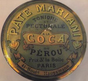 Boite en inox au fond vert et à la caligraphie en or produite par la pharmacie d'Angelo Mariani située 41 bld Haussmann à Paris afin d'emballer une pâte tonique et pectorale à la coca du Pérou.