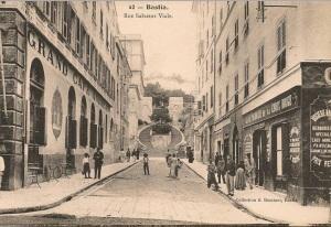 Cette pharmacie qui portera le nom de Croix rouge se trouve à l'angle du Boulevard du Palais et la rue