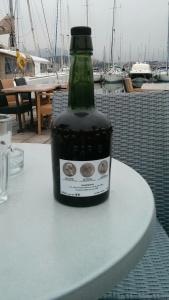 Sur le port d'Ajaccio, le dos de la bouteille.